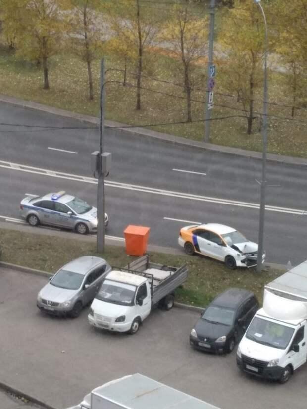 Легковушка протаранила столб в Новотушинском проезде