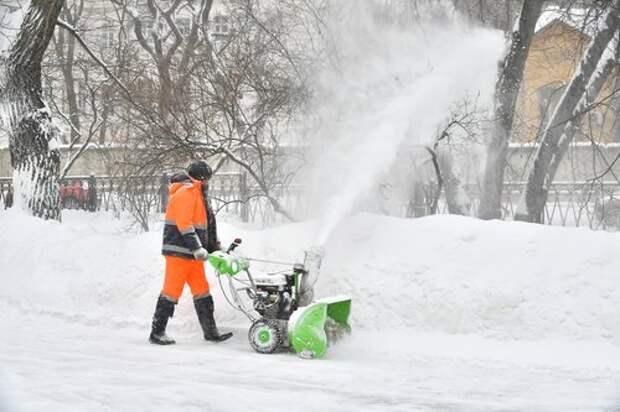 На Учинской убрали заносы снега