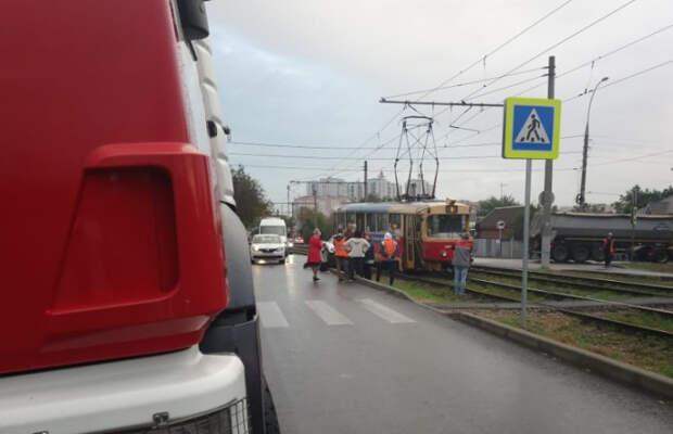 В Краснодаре трамвай протаранил легковушку