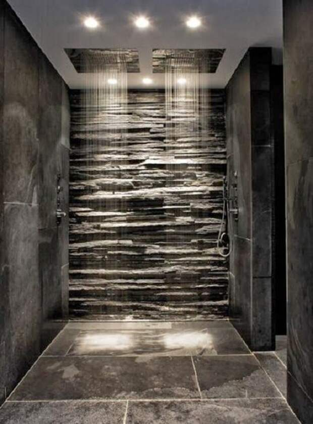 Красивый интерьер в душе создан благодаря оформлению его при помощи оригинальной каменной стены.