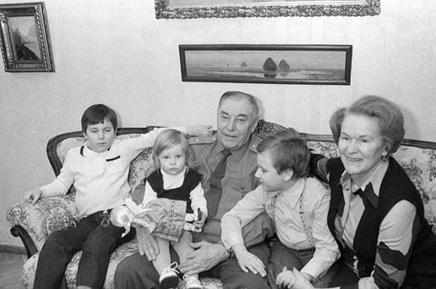 Александр Иванович с женой Марией Кузьминичной и внуками, 1983 г.