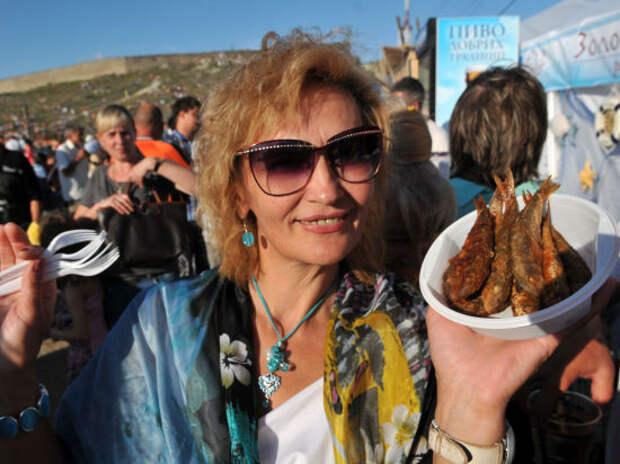 Тысячи туристов собрались в Феодосии «на рыбку под «Дюну»