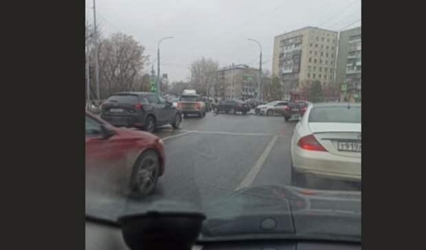 В Тюмени на Трактовой Toyota и KIA частично перекрыли движение