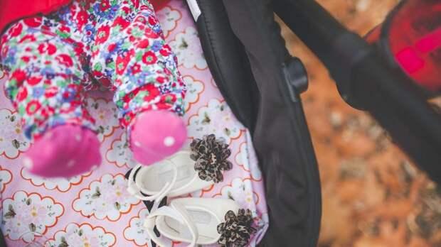 Двухмесячного ребёнка оставили одного на улице на севере Петербурга