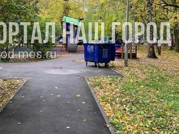 На улице Рогова мусорный контейнер вернули на место
