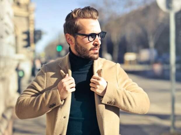 мужчина в очках и бежевом пальто