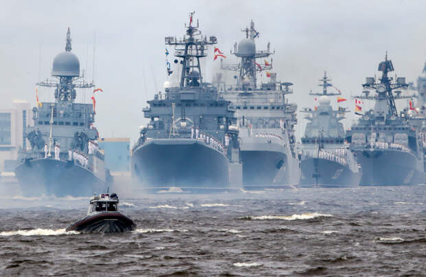 Парусная «Полтава» и ядерные ракетоносцы: как прошел День ВМФ в Санкт-Петербурге