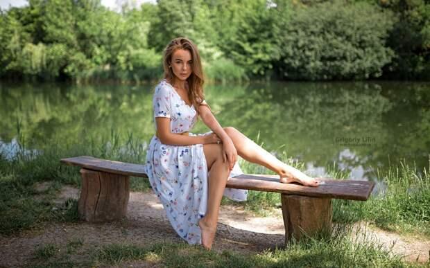 Обои Красивая девушка, юбка, лето, пруд 1920x1200 HD Изображение