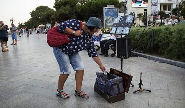 Людей привлекает необычный дуэт и они щедро платят музыкантам за труды. Фото: Наталья Гоцанюк