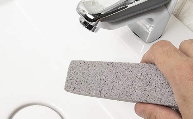 Чистим эмалированную раковину и ванну: вместо химии взяли пемзу и просто потерли