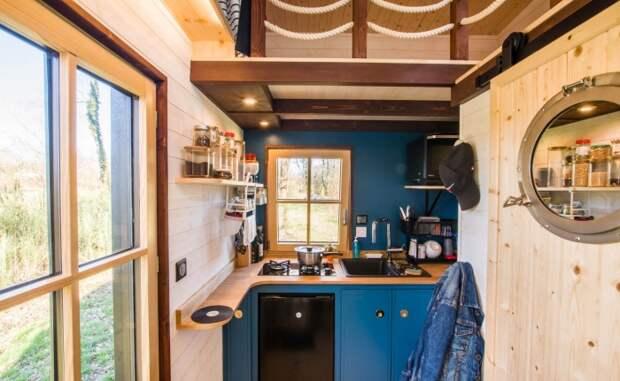 Крошечный дом на колесах служит и студией, и жилищем для молодого композитора