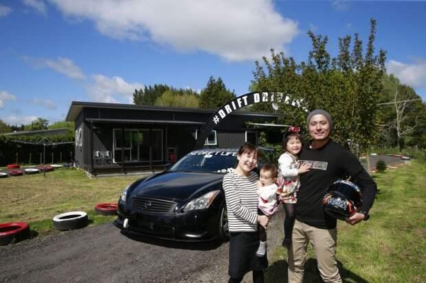 Но она не ворчит на мужа, поскольку по трассе гоняет не только Такеши на Nissan Skyline 370GT, но и двое их детей на великах, благодаря чему с ними не нужно ходить в парк. авто, гоночный трек, дрифт