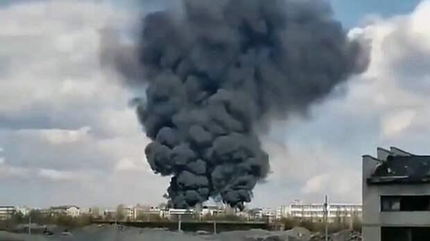 На украинской военной базе возник пожар, горит боевая техника и склад боеприпасов