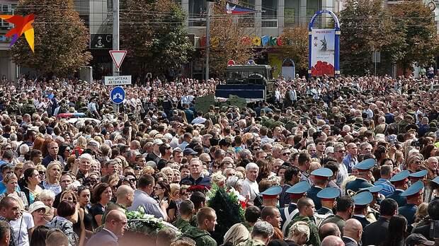 Проститься с Александром Захарченко пришли 200 тысяч человек Фото: Дмитрий СТЕШИН