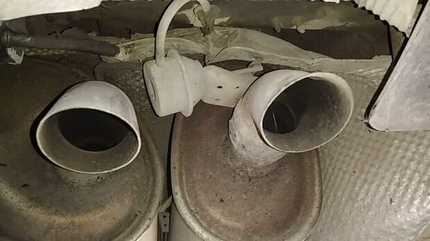 заслонка только в одной трубе - вторая такой не имеет