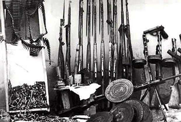 Оружие и боеприпасы, изъятые при обыске в УВС.