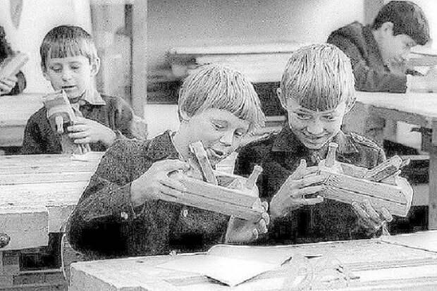 """Уроки труда, школьные мастерские, легендарные """"трудовики"""". Кстати, в моей школе трудовик нормальный был, ни разу не """"сиварь"""". А полученные столярные и слесарные навыки не единожды в жизни пригодились. СССР, история, школа"""