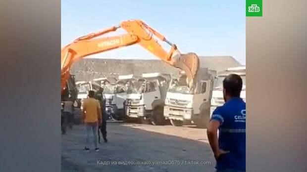 Разгневанный водитель экскаватора уничтожил 5 грузовиков: видео