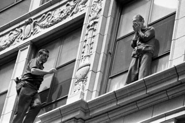 Бостонский пожарный Боб Маккей приближается к обезумевшей 88-летней женщине, которая пытается спрыгнуть с высоты история, люди, редкие, фото