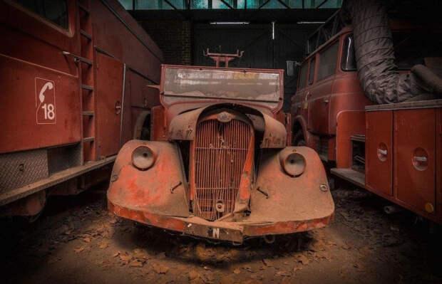 Заброшенный ангар, полностью забитый редкими пожарными грузовиками