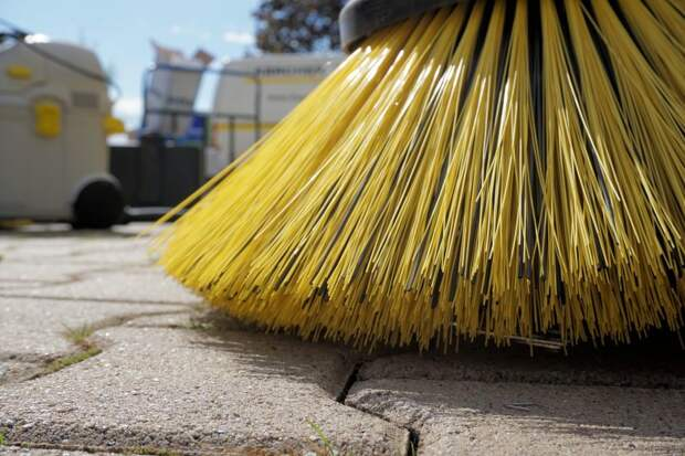 Парковку на улице Правды очистили от мусора и грязи