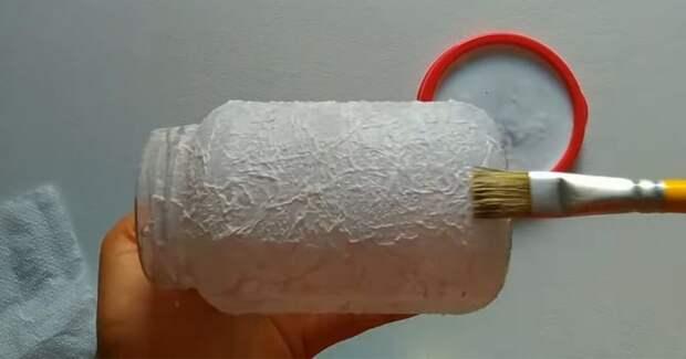 Приклеиваем туалетную бумагу на банку. Красивая идея за смешные деньги