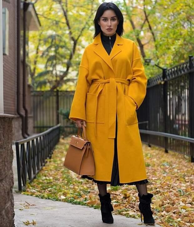 Один изнаших любимых образов! Здесь (как ипочти во всех look-ах Тины Канделаки) прекрасно все! Совершенно невероятное пальто-халат вцветах осени, черные замшевые ботильоны исумка геом...