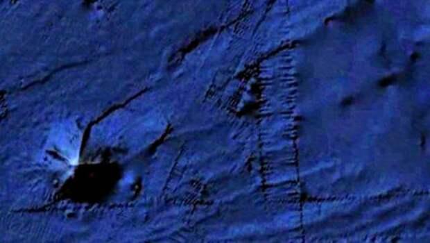 Огромная пирамида самостоятельно ползет по дну океана