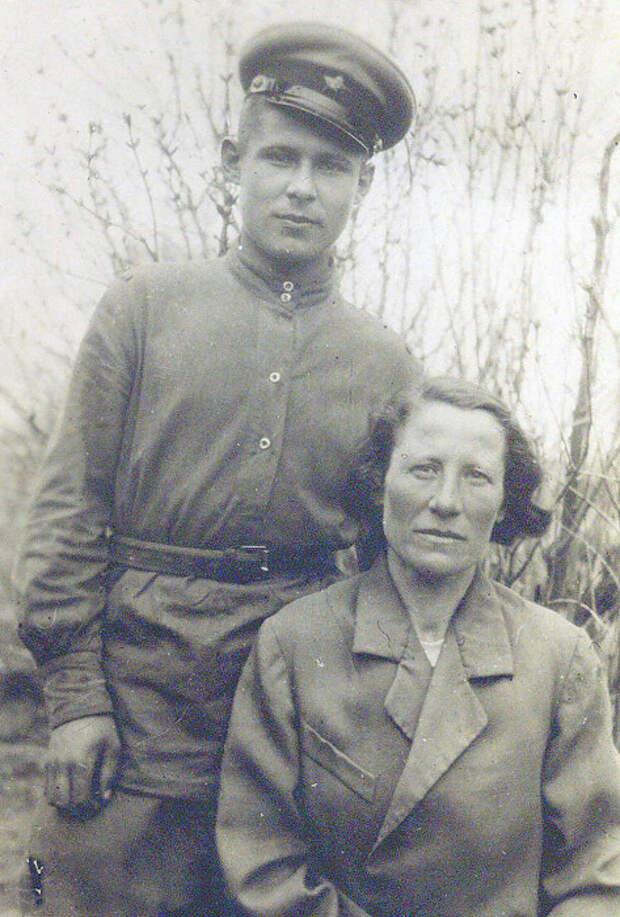 Анатолий Николаев с матерью, 1945 год./Фото: a.d-cd.net
