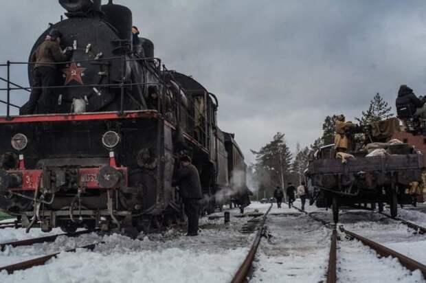По этой дороге в осаждённый город было перевезено 75% военного снаряжения и продовольствия. Кадр из фильма «Коридор бессмертия». /Фото: kino.ru