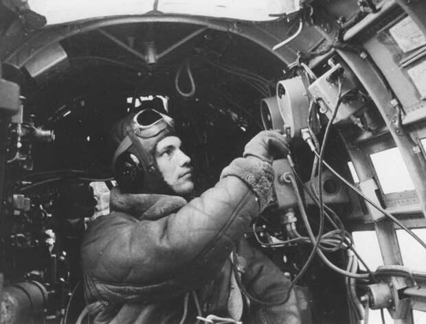 Рабочее место штурмана в носовой части кабины торпедоносца Ил-4.