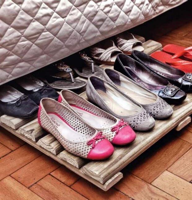 Выкатная полка для хранения обуви под кроватью.
