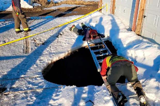 Под ногами мужчины внезапно разверзлась девятиметровая яма