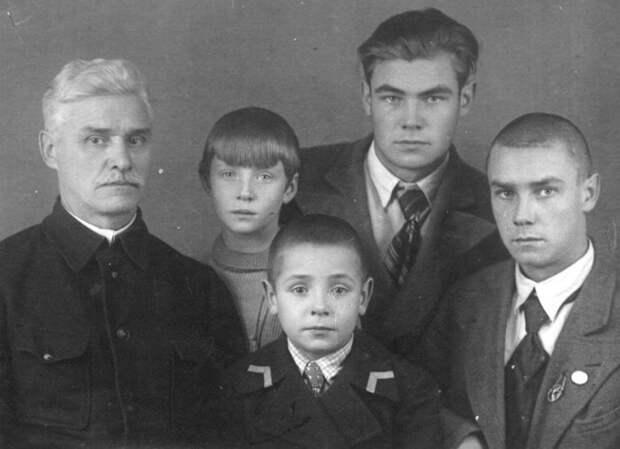 Дмитрий Иванович, Вячеслав, Руфина, Александр и Борис Питаде. / Фото: www.vk.com/rufina_nifontova