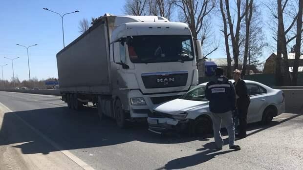 ВТюмени наСалаирском тракте столкнулись большегруз илегковой автомобиль