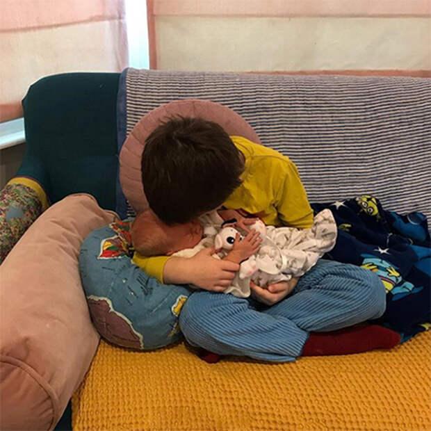 """Реанимация позади: звезда """"Гарри Поттера"""" Джесси Кейв показала новорожденного сына"""