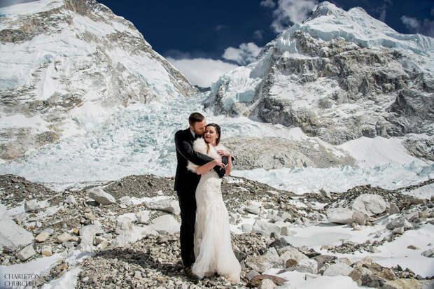 Свадьба на крыше мира: влюблённые связали себя узами брака на Эвересте