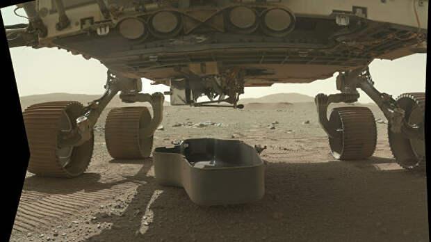 Марсоход Perseverance сбрасывает щит, который защищал вертолет Ingenuity во время посадки