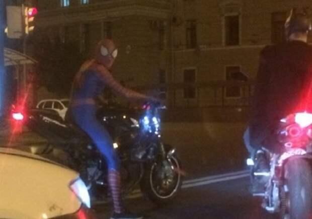Человек-паук и Бэтмен стали байкерами