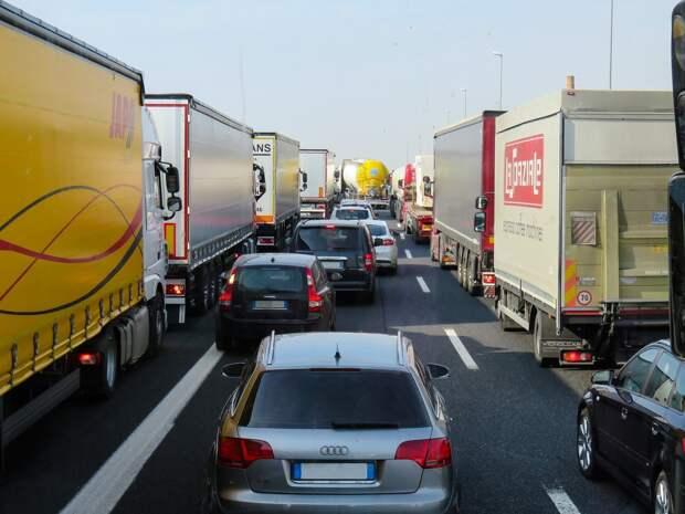 Движение грузовиков по автодороге «Орловский — граница Кировской области» временно закрыли в Удмуртии