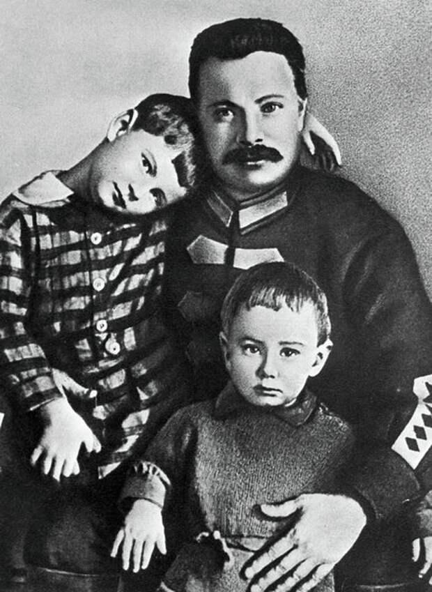 Михаил Фрунзе. Чужой среди своих