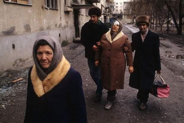 Грозный, раненая женщина, январь 1995 г. 90-е годы, 90-е годы. жизнь, СССР, жизнь в 90-е, ностальгия, старые снимки, фотографии россии, фоторепортаж
