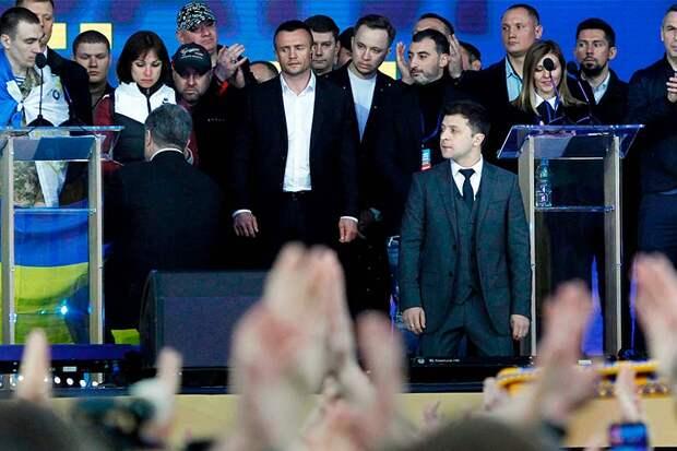 Дебаты на Украине прошли предсказуемо, Порошенко и Зеленский вяло переругивались и вставали на колени