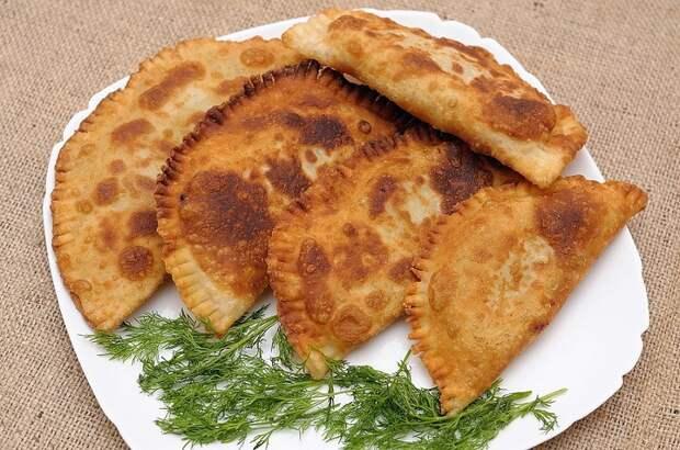 Тонкие, хрустящие лепешки с сыром на сковороде