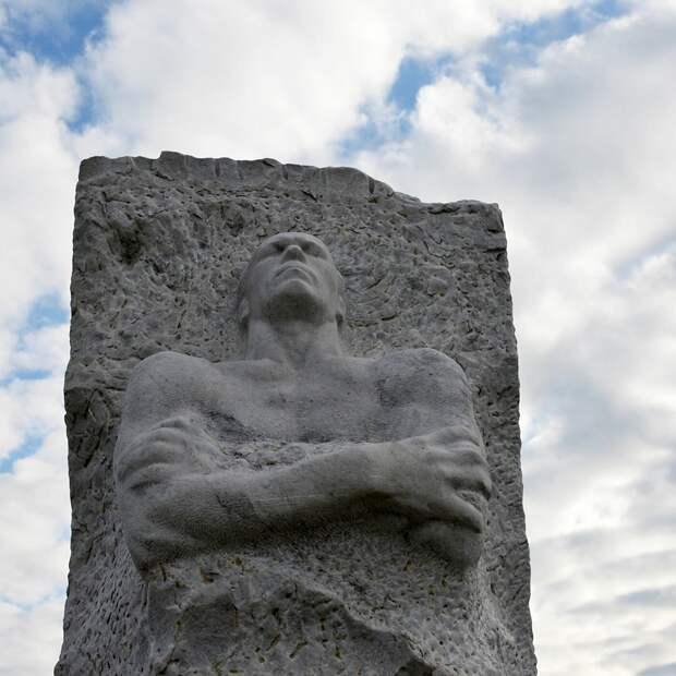Голос Мордора: Унизить подвиг, уничтожить память