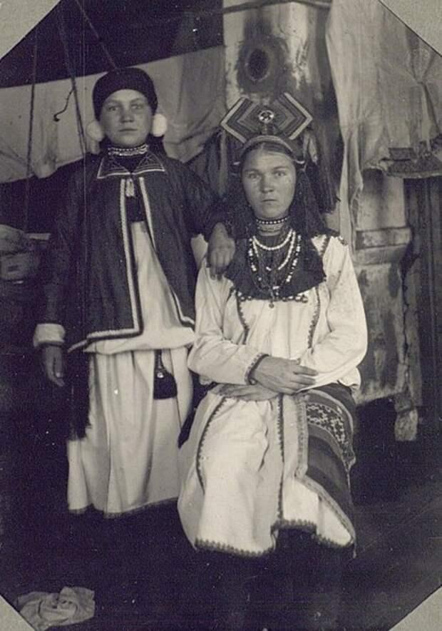 Девушка и молодуха (молодая замужняя женщина) в традиционных праздничных костюмах. Неизвестный автор, 1927 год, Пензенская губ., Кунсткамера.