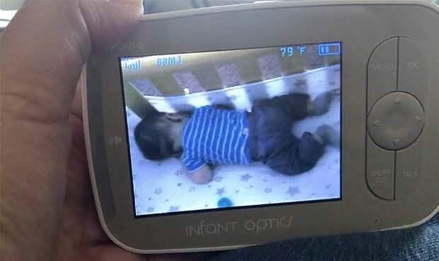 Родитель заметил странную аномалию, которая будит малыша