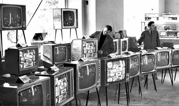 Почему корпусы советских телевизоров делали из дерева, а не из пластика