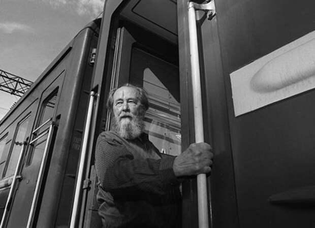Зачем создали миф о великом писателе-правдорубе Солженицыне