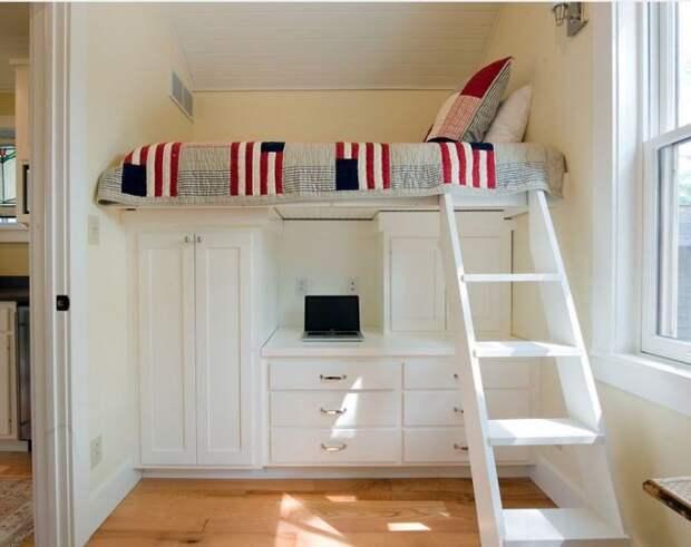 Небольшая спальная комната, которая отлично совмещена с рабочей зоной.